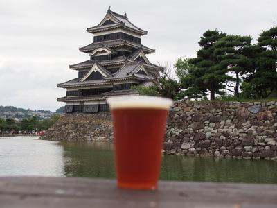 松本城とビール.JPG