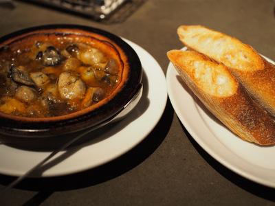 牡蠣とマッシュルームのアヒージョ.JPG