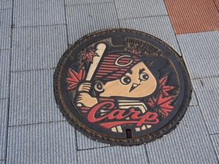 カープ仕様マンホール.JPG